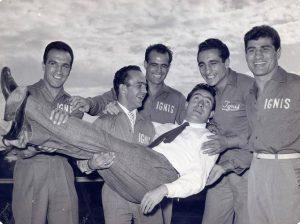 Sandro mazzinghi, Guido Mazzinghi,Rocco Mazzola ,Giancarlo Garbelli e Mario Dagata con in Braccio Lattore Ugo Tognazzi