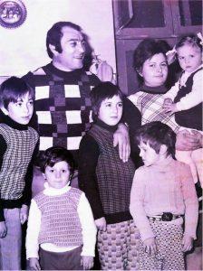 con la sua bella e numerosa Famiglia